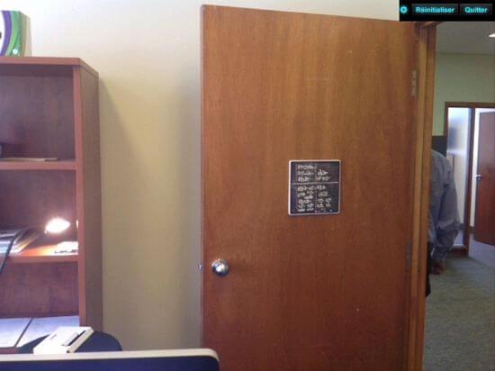 Panneau de jeu accroché sur une porte